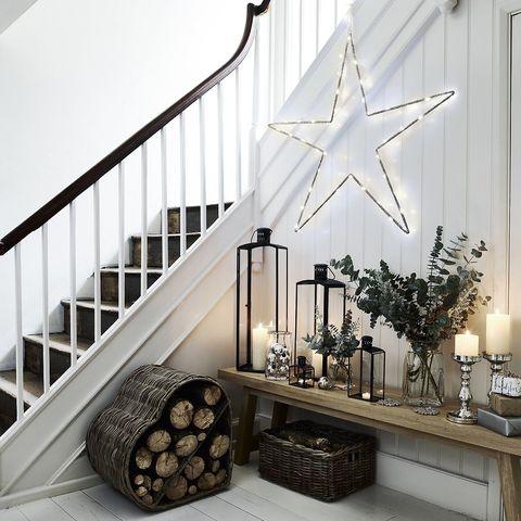 Recibidor con decoración navideña