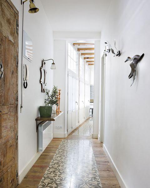 recibidor estrecho y pasillo decorado con una balda sobre el radiador