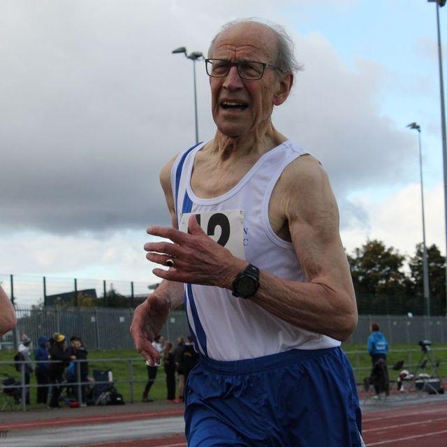 el atleta británico de 85 años que ha batido el récord de la milla