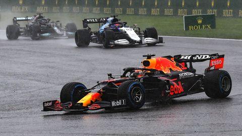 max verstappen op regenachtig circuit