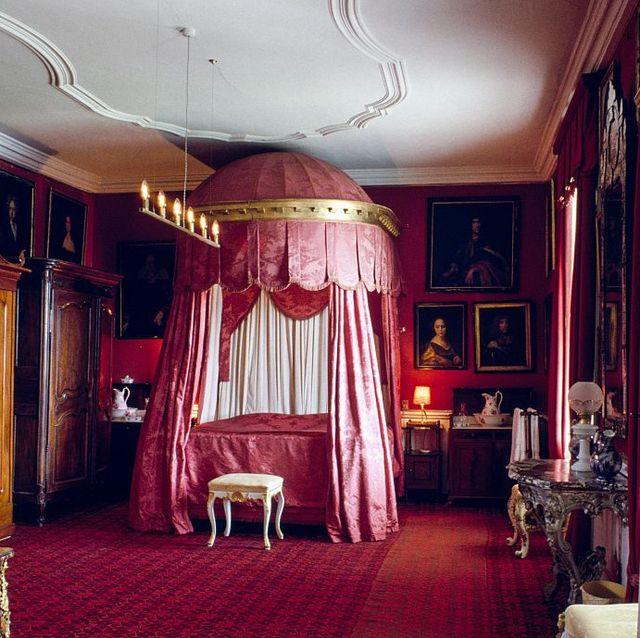 red damask room gavno castle
