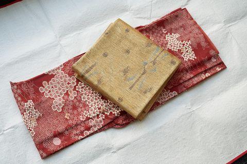 赤い着物と金色の帯