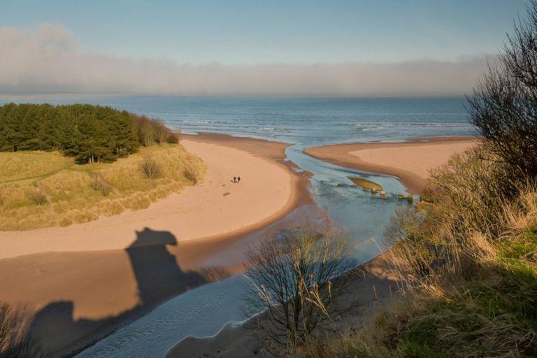 Essere pagati per stare in spiaggia in Scozia: il lavoro da sogno esiste, e puoi candidarti adesso