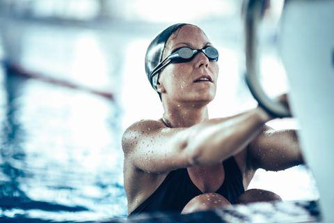 vrouw in het zwembad