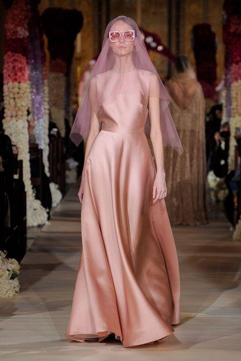 リーム・アクラのピンクのニュアンスカラードレス。