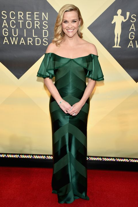 Red carpet, Carpet, Clothing, Dress, Flooring, Green, Shoulder, Premiere, Hairstyle, Fashion model,