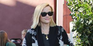 Reese Whiterspoon con zapatillas Veja