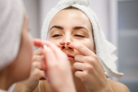 mujer cuida cara acné