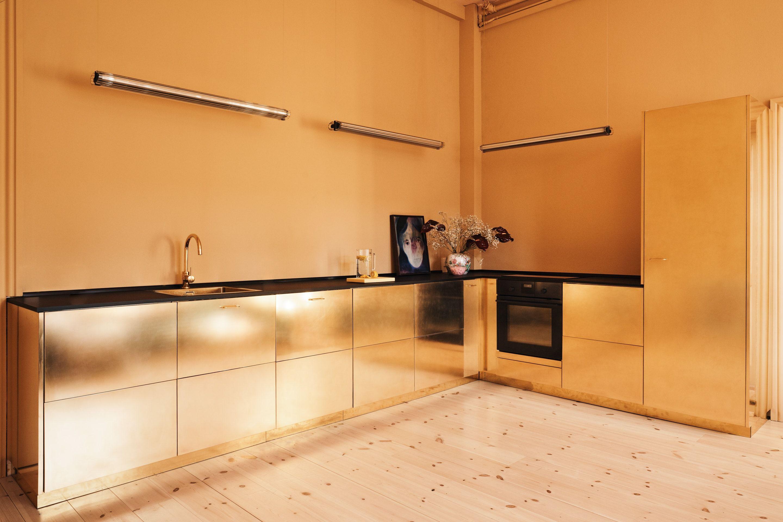 Esta cocina dorada de latón es el mejor hack de Ikea