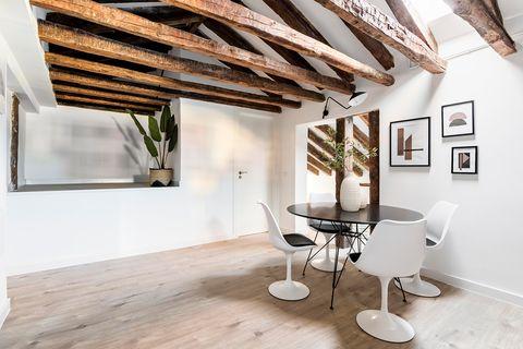 Ático reformado con decoración moderna y espacios abiertos