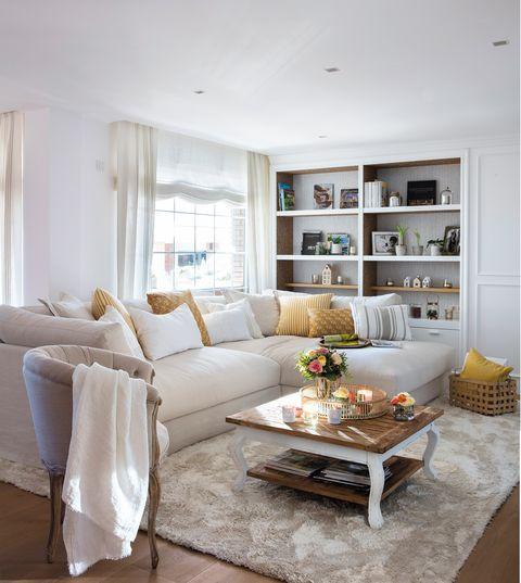 salón con sofá beige con chaise longue