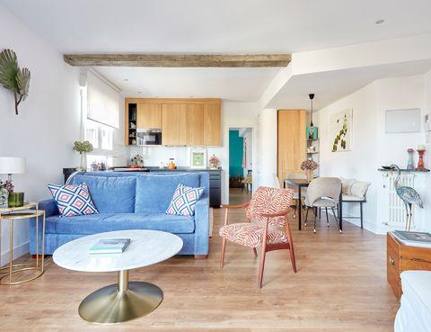 salón abierto a la cocina y al comedor con decoración ecléctica