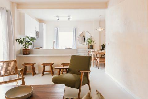 salón cocina comedor decorado con materiales naturales y colores neutros