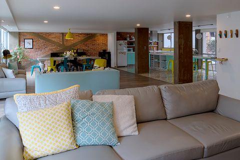 salón abierto con sofá gris con chaiselongue