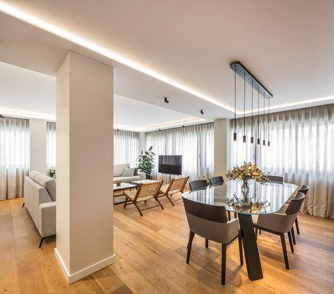 salón abierto al comedor de diseño contemporáneo iluminado con tiras led