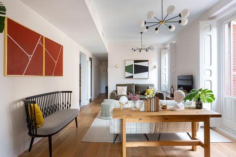 salón con decoración contemporánea y pinturas modernas