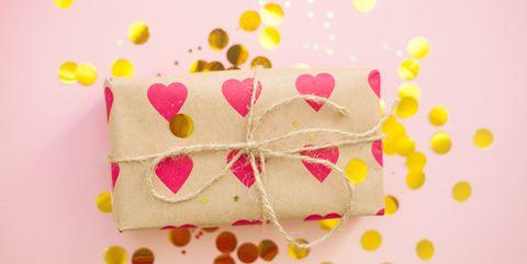 ideas para envolver regalos caja con corazones y confetti