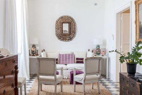 salón de estilo clásico mediterráneo decorado en blanco con detalles morados