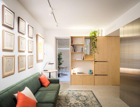 salón con armario de madera de abedul y acceso al patio