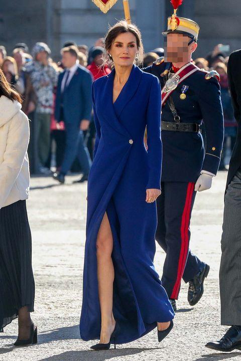 letizia, en la pascua militar de 2020, con un elegante vestido azul con apertura delantera