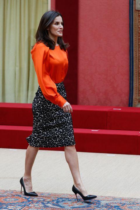 la reina letizia con falda animal print tubo