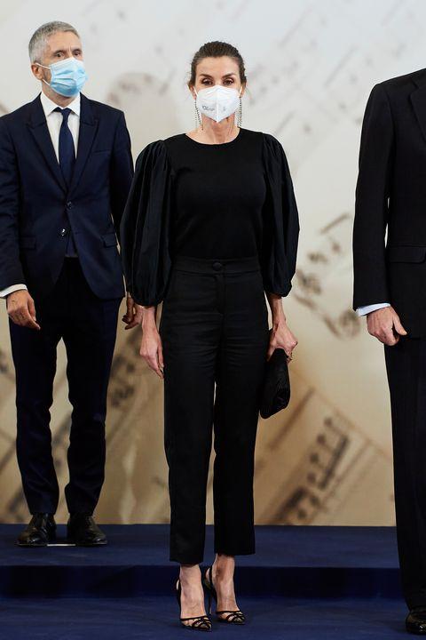 la reina letizia con blusa de mangas abullonadas de pertegaz