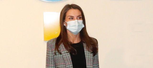 la reina letizia con chaqueta de cuadros de sandro
