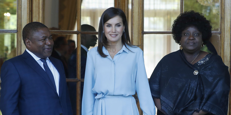 Reina Letizia,Reina LetiziaMozambique,Reina Letizia look,Reina Letizia vestido azul camisero,Reina Letizia reunión presidente Mozambique