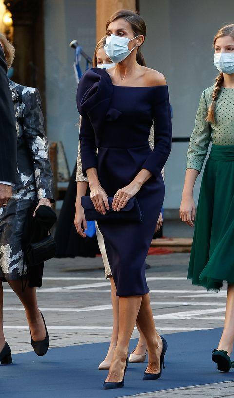 la reina letizia en los premios princesa de asturias 2020 con un vestido azul con los hombros al aire