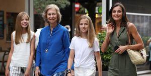 Doña Sofía, doña Letizia, la princesa leonor y la infanta sofía por las calles de Mallorca.