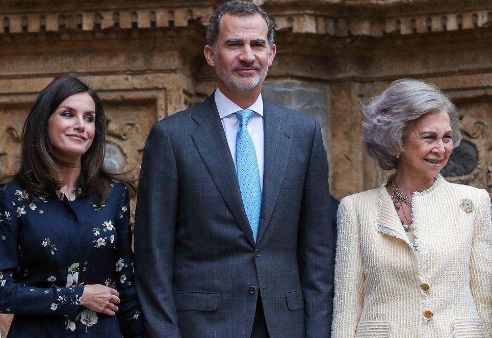 La reina Letizia y la reina Sofía, todo complicidad en la misa de Pascua