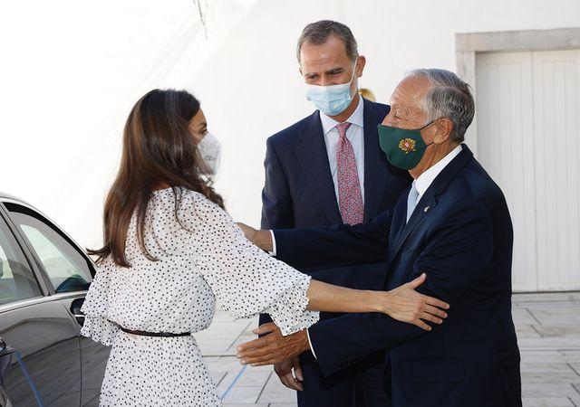 la reina letizia recupera su vestido blanco de lunares de armani para una visita a portugal