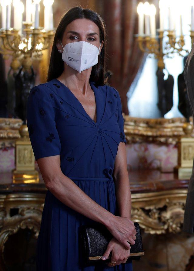 la reina letizia con su vestido azul de mariposas de bottega veneta