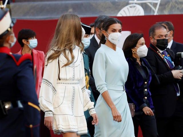 reina letizia con vestido midi azul en el día de la hispanidad