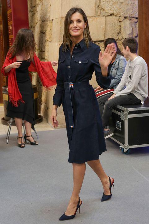reina-letizia-vestido-vaquero-1558718009.jpg