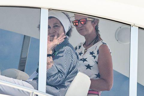 La reina Sofía no se pierde los pasos de su hijo en la Copa del Rey y lo hace a bordodel 'Somni' con la infanta Elena.