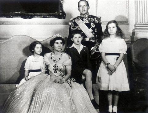 la reina sofia posa con sus padres y hermanos de niña en una foto en blanco y negro