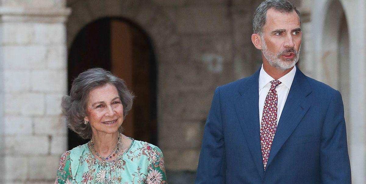 El rey Felipe VI y la reina emérita Sofía dan un paseo en