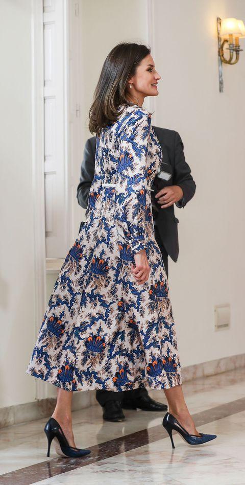 533894c42 La reina Letizia estrena un vestido de corte midi de Sandro Paris