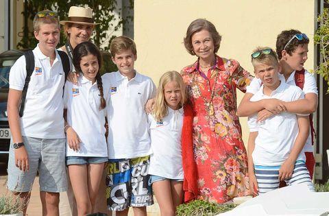 La Reina Sofía con sus nietos Juan, Pablo, Miguel, Irene Urdangarin, la infanta Elena y sus hijos Froilán y Victoria