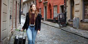 Vrouw met koffer aan het reizen