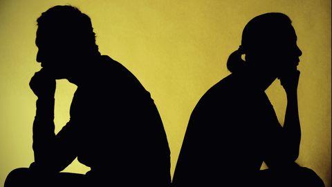 stel heeft moeilijkheden in de relatie en zit met de rug naar elkaar toe