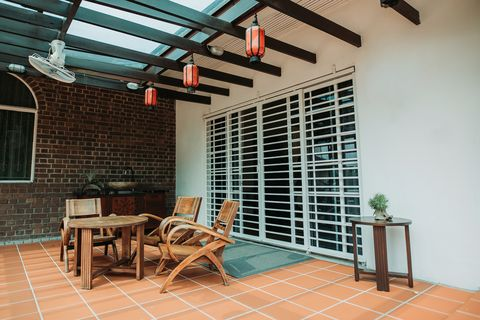 patio featuring an oscillating outdoor ceiling fan