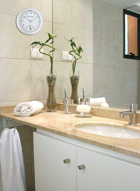 Reloj de pared en el baño