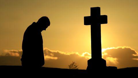 Man staat bij kruis