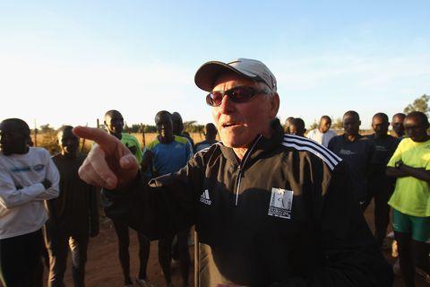 el entrenador renato canova da una charla a varios atletas kenianos