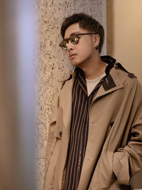 Eyewear, Cool, Coat, Outerwear, Fashion, Glasses, Human, Lip, Model, Beige,