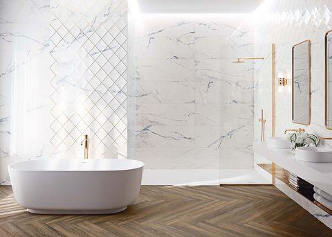 baño con revestimiento de mármol portugués con vetas azuladas
