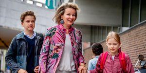 Los reyes de Bélgica llevan a sus hijos al colegio