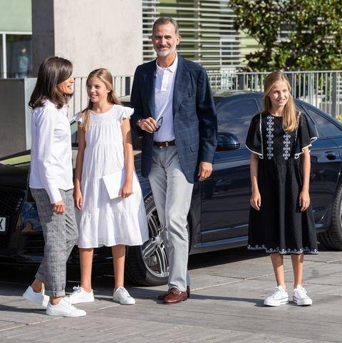 Reyes, princesa Leonor e infanta Sofía visitan a don Juan Carlos en el hospital.
